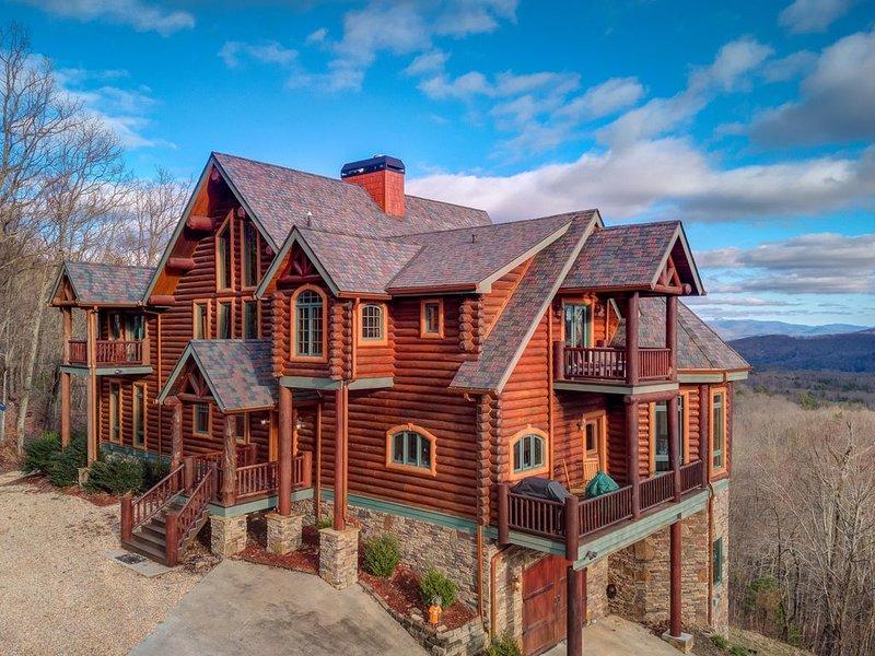 Beautiful Blue Ridge Cabin w/ Tri-State Views, Private Hot Tub, & Multiple Decks, alquiler de vacaciones en Morganton