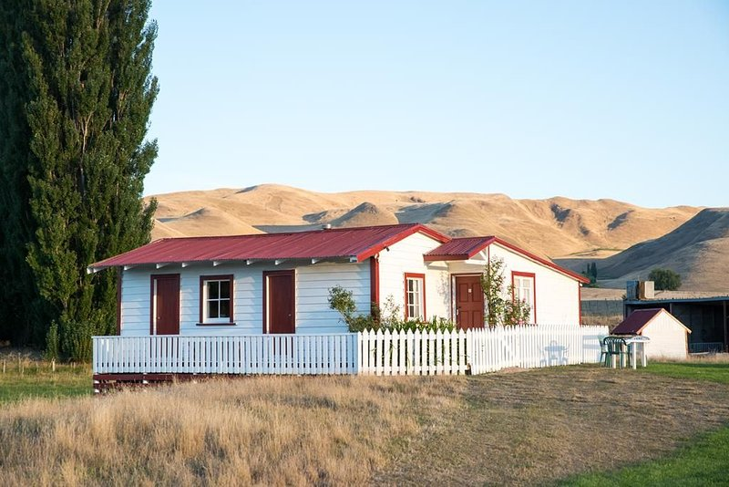 Rose Cottage. Lovely and warm old country cottage, near a stream., alquiler de vacaciones en Havelock North