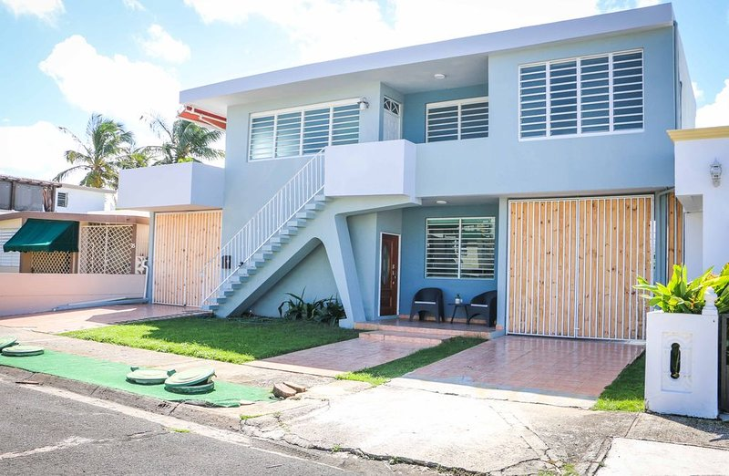 � Modern House �WALK TO THE BEACH - Unit 1, holiday rental in Isla Verde