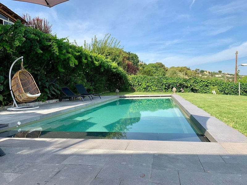 Independent quiet house with front & side terraces with view over Nice, location de vacances à Falicon