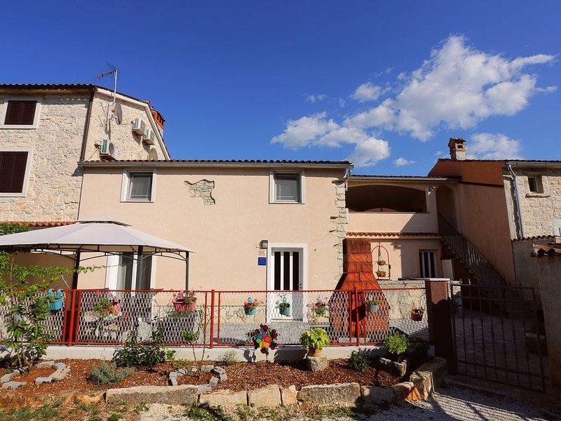 Ferienhaus für 10 Personen mit 2 Appartements, vacation rental in Bale