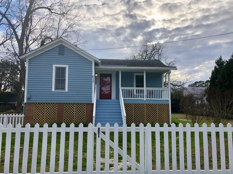 Immaculate Cottage in the Historic District.  Quiet street with large yard., vacation rental in Simpson