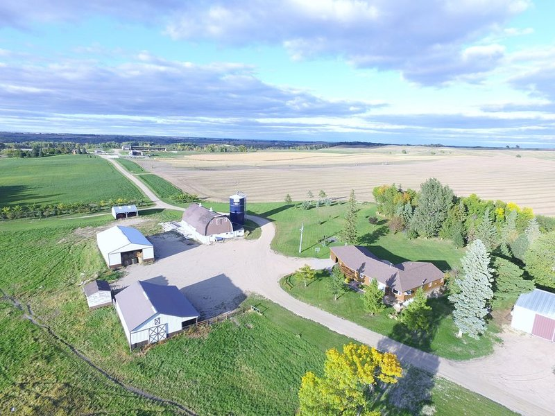 Working Ranch in Minnesota! Great for family groups, hunters, and scrapbookers!, casa vacanza a Starbuck