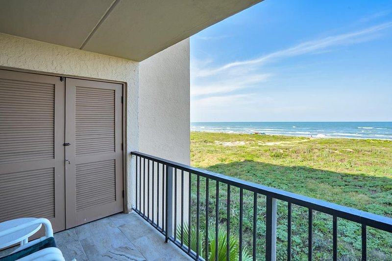 Sol Mates Beachfront Condo, 3rd floor, Gated, Sleeps 6, 2 pools & hot tub!, vacation rental in Port Isabel
