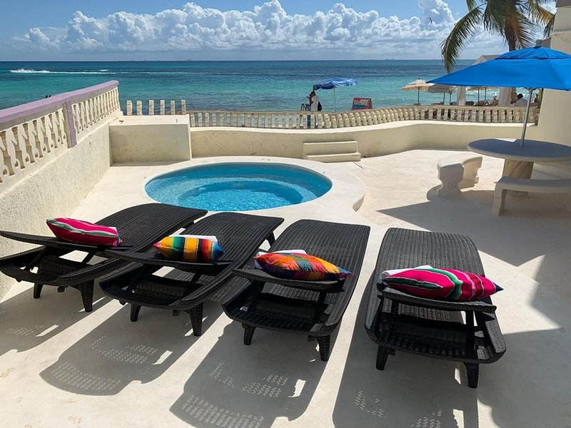Beachfront 2 bed 2 bath condo in the Heart of Playa del Carmen with jacuzzi pool, location de vacances à Playa del Carmen