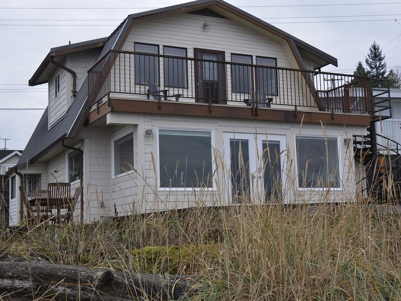 New Listing! 3-BR Beach House walk-on-waterfront. Perfect for family vacation., vacation rental in Vancouver Island