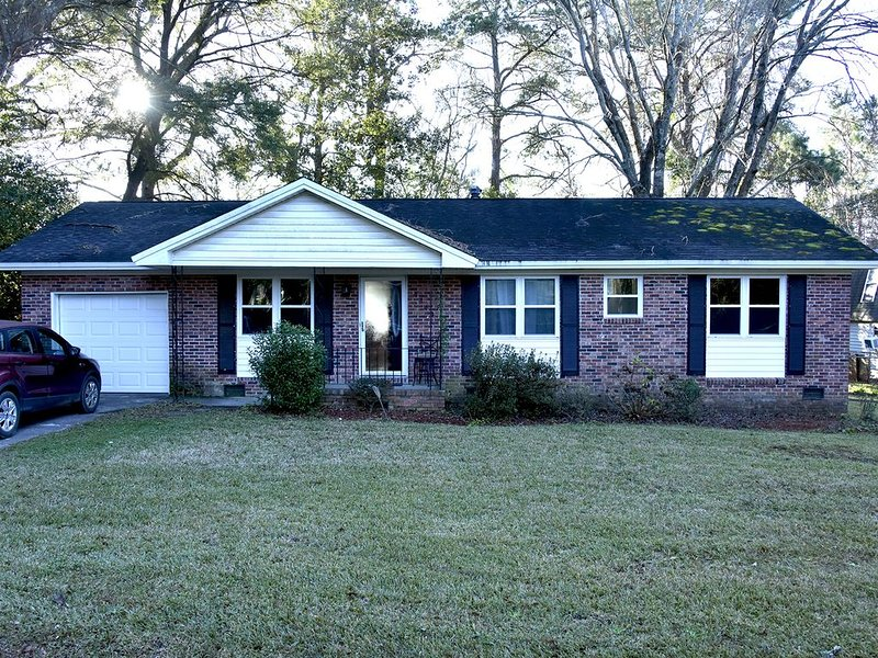 Quiet, But Close N. Charleston House, vacation rental in Drayton
