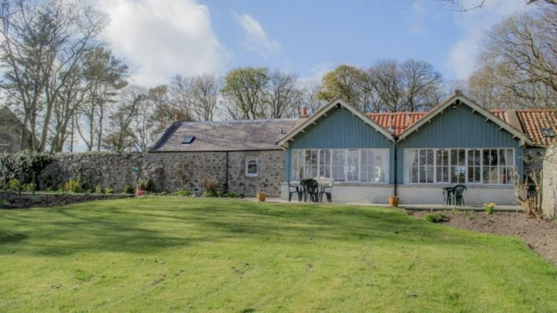 2 self-catering cottages booked as one with secure garden area., vacation rental in Macduff