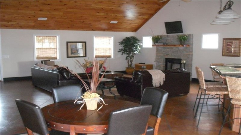 2000 sq ft  LODGESTYLE LAKEFRONT HOME w/ Boathouse, holiday rental in Grant