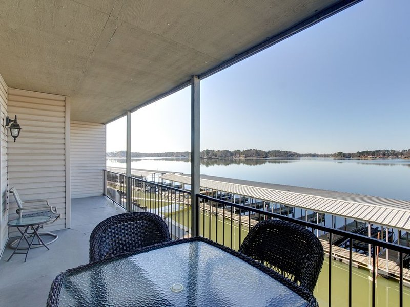 Newly remolded condo with amazing lake views!  4 miles from Oaklawn., holiday rental in Lake Hamilton