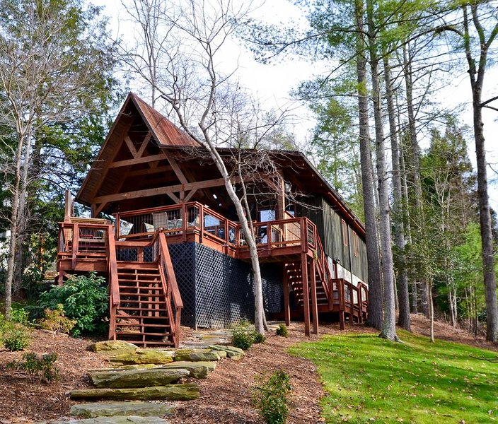 Waterfront Lake James Updated Bungalow with lovely outdoor decks & private dock, holiday rental in Morganton