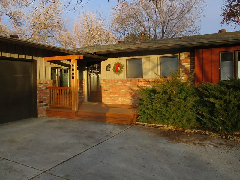 Charming home near CMU and St. Mary's, only minutes from great biking!, vacation rental in Fruitvale