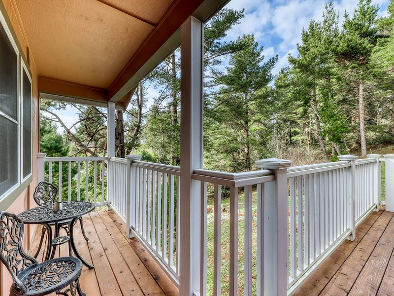 Beautifully-decorated home w/ new appliances - close to shopping & the redwoods, vacation rental in Loleta