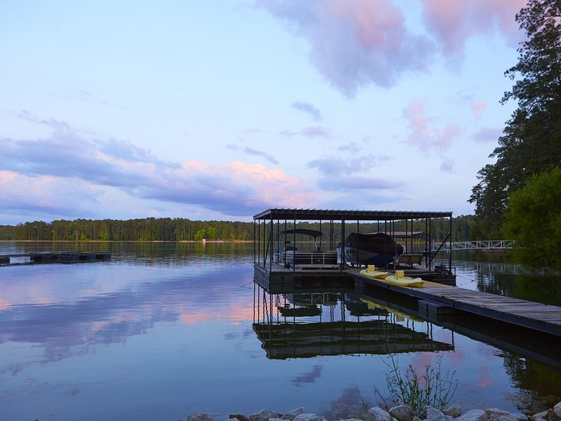 Lakefront Cottage with Deep Water Dock, casa vacanza a Lincolnton
