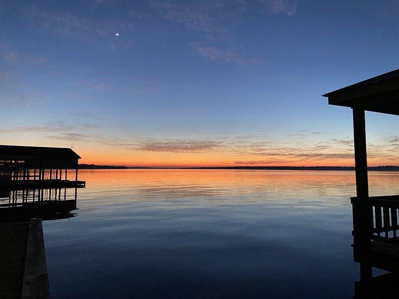 Amazing sunsets on a beautiful lakeside., location de vacances à Winnsboro