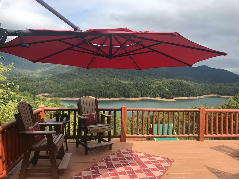 Breathtaking views!!  Fontana Lake Cabin with lake view/private dock, alquiler de vacaciones en Robbinsville