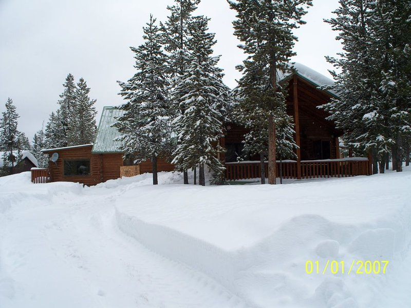 �24 Miles to Yellowstone ~ Hot Tub ~ Fire Pit ~ Wifi ~ Tucked into the Pines �, location de vacances à Island Park