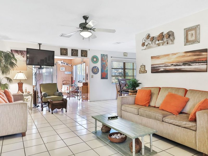 Classic home w/ a private pool, firepit, & enclosed yard - close to the beach! – semesterbostad i Largo