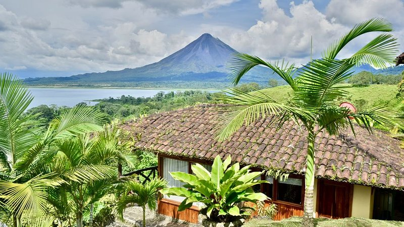 Gorgeous Cottage with Pool & Jacuzzi access & Spectacular Volcano & Lake views., Ferienwohnung in Alajuela