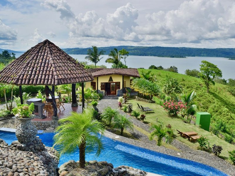 Gorgeous Luxury home with Pool & Jacuzzi access. Awesome Lake & Volcano views., Ferienwohnung in Alajuela