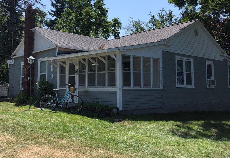 Steps to Lake Michigan & Downtown Elk Rapids, holiday rental in Kewadin