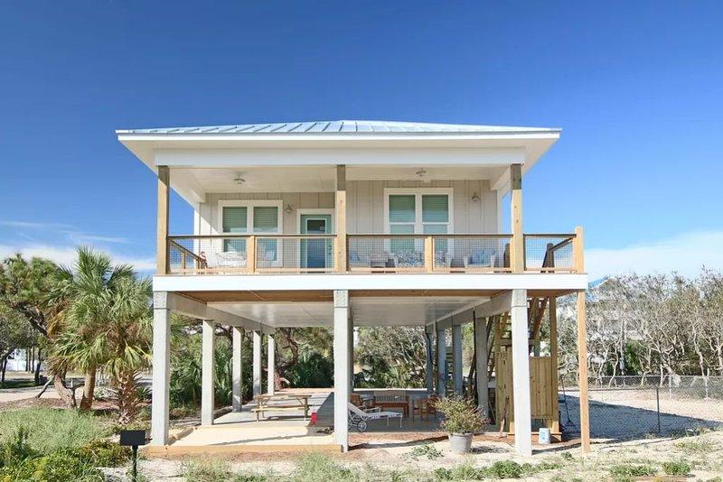 New Construction! Steps from the Beach! Pet Friendly!, aluguéis de temporada em Eastpoint