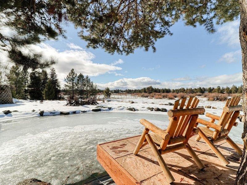 Spacious dog-friendly riverfront log home w/ game room, WiFi, & stunning views!, alquiler de vacaciones en La Pine