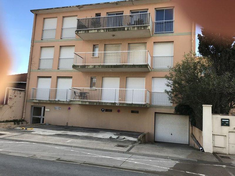 Appartement 42 m2 plus balcon parking prive premiere ligne vue cote rue, location de vacances à Carnon