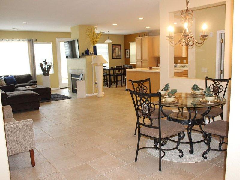 Cozy home across st from Coachella grounds w/access to 3 pools & golf course, alquiler de vacaciones en Indio