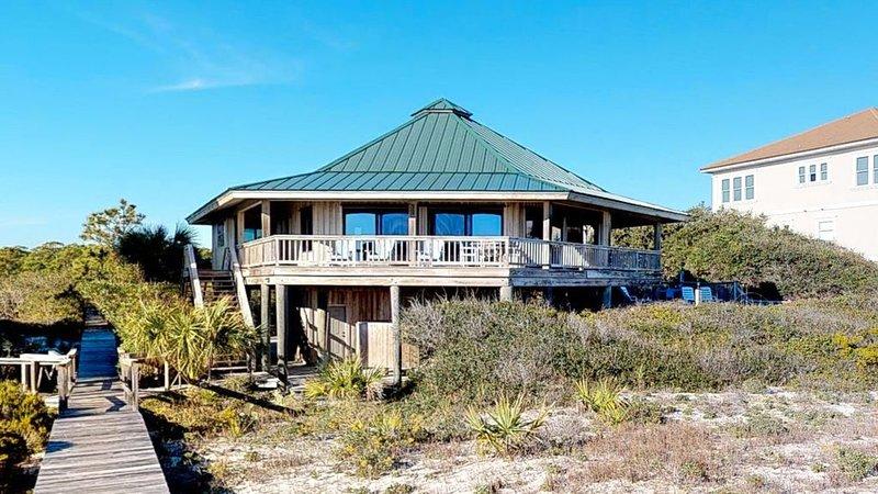 Unique architecture, great location! Beachfront Plantation, private pool, Wi-Fi,, holiday rental in Apalachicola