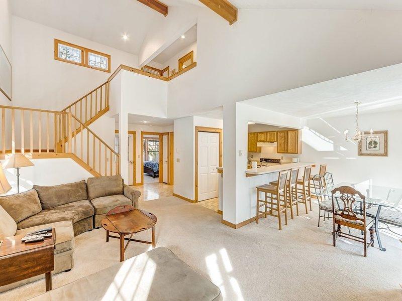 Charming, family-friendly home w/ a kitchen, deck, fireplace, books, & games, aluguéis de temporada em Tannersville