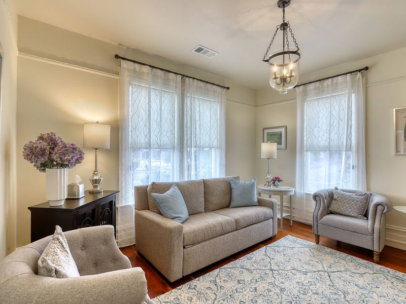 Lovely upstairs Victorian rental by the bay - walk to the heart of town!, vacation rental in Loleta