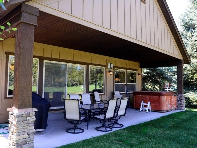 Fairway Escape - Golf Course Frontage, Hot Tub, Outdoor Dining!, vacation rental in McCall