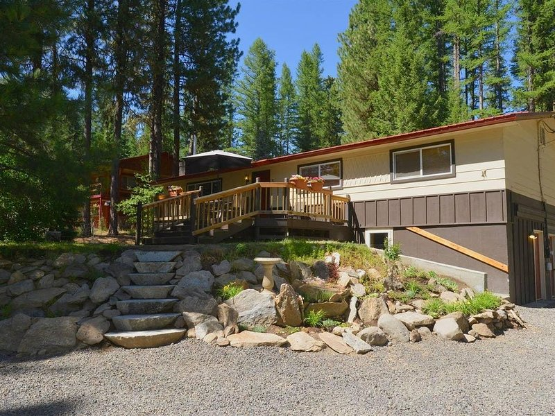 Payette River Cabin: Hot Tub, Pet Friendly, Walk to Rotary Park & Beach, vacation rental in McCall