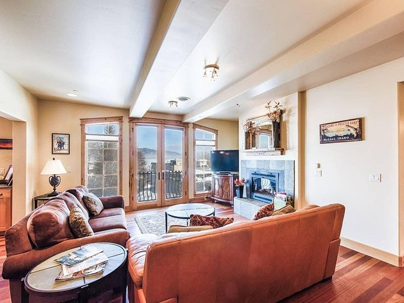 Park Street Penthouse East: Downtown McCall, Lake Views, Air Conditioning, vacation rental in McCall