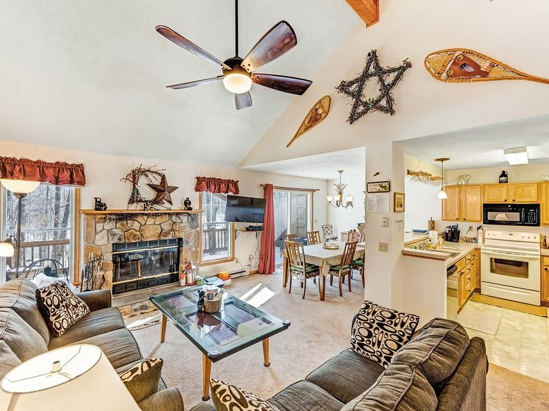 Beautiful townhome w/ a warm, wood-burning fireplace - close to the slopes, casa vacanza a Tannersville