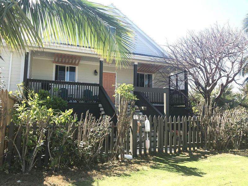 Cute & Quaint Take Ya Time Cottage - walking distance to Twin Beach, location de vacances à Rainbow Bay