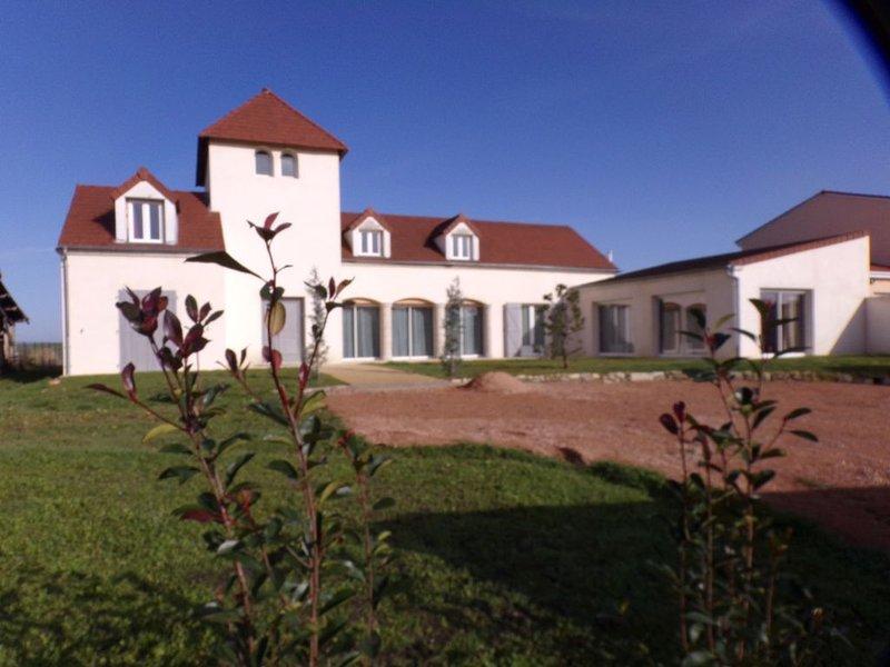 Nouveau! Très belle villa, décoration soignée, terrain de 2000m2, holiday rental in Gannat