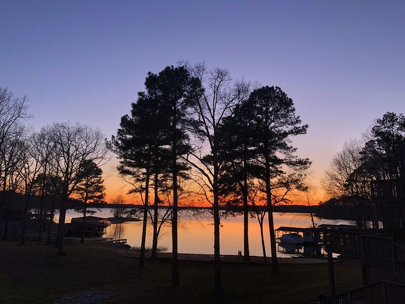New Listing!  Reduced Rates! Waterfront Lake Gaston w/ Sandy Beach!!, location de vacances à Henrico