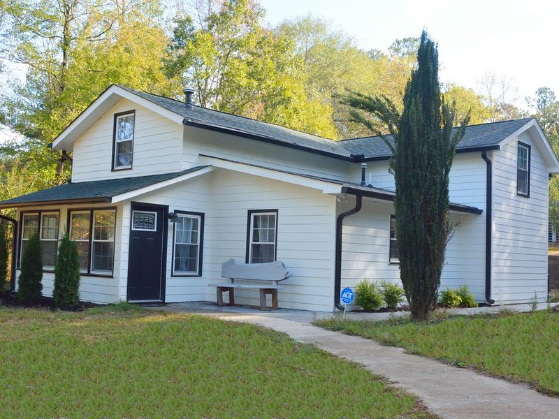Beautiful Lakeside Cottage (Hidden Cove Farmhouse), alquiler de vacaciones en Newnan