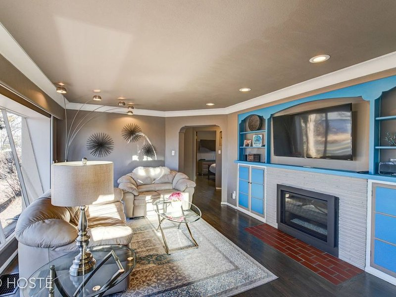 3BD★Downtown Modern★Hot Tub, Grill, Close to DT, holiday rental in Cimarron Hills