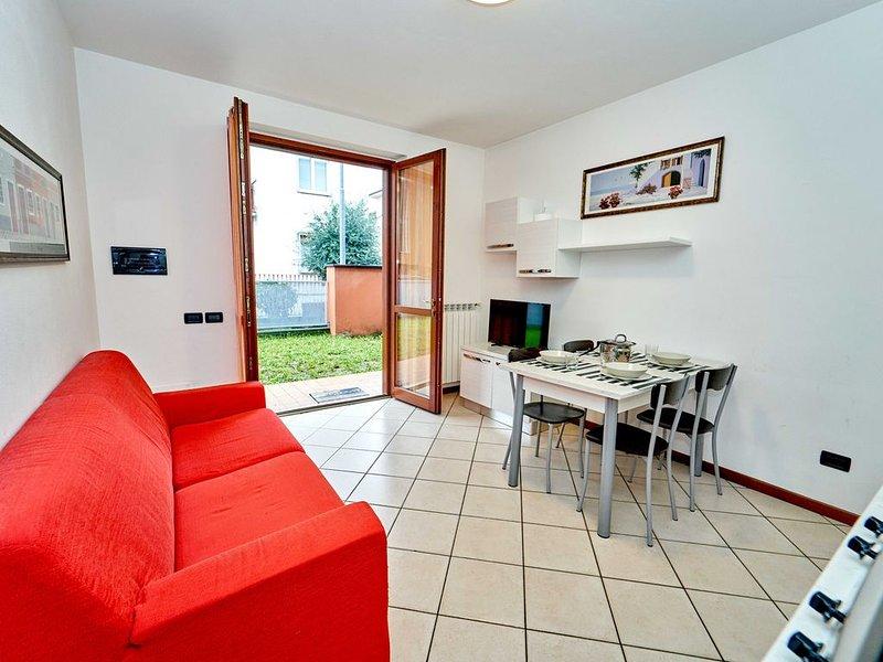 Moderno bilocale vicino all'ospedale, con ampio giardino e dotato di lavatrice, holiday rental in Treviolo