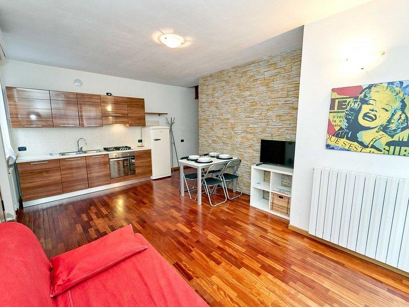 Comodo appartamento su due piani in tranquilla zona ben collegata, con box, holiday rental in Serina