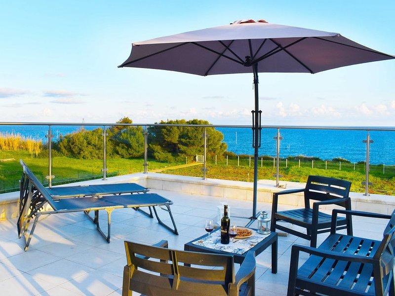 Panoramico attico con spettacolare terrazza vista mare, in residence con piscina, casa vacanza a Capo Negro