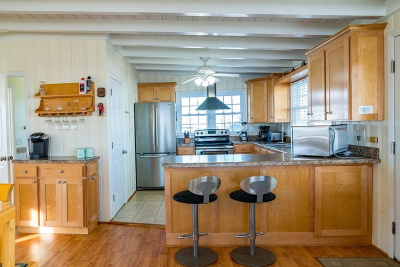 Smart Pelican: Dog-Friendly Oceanfront Cottage with Modern Kitchen, holiday rental in Long Beach