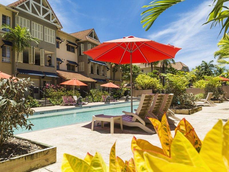 Large, Stylish Apartment, Double Verandah, 4 Pools, AC, WiFi SmartTV, holiday rental in Holloways Beach