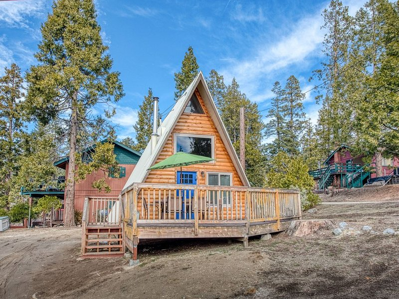 Rustic A-frame cabin with spacious deck and great location!, holiday rental in Auberry