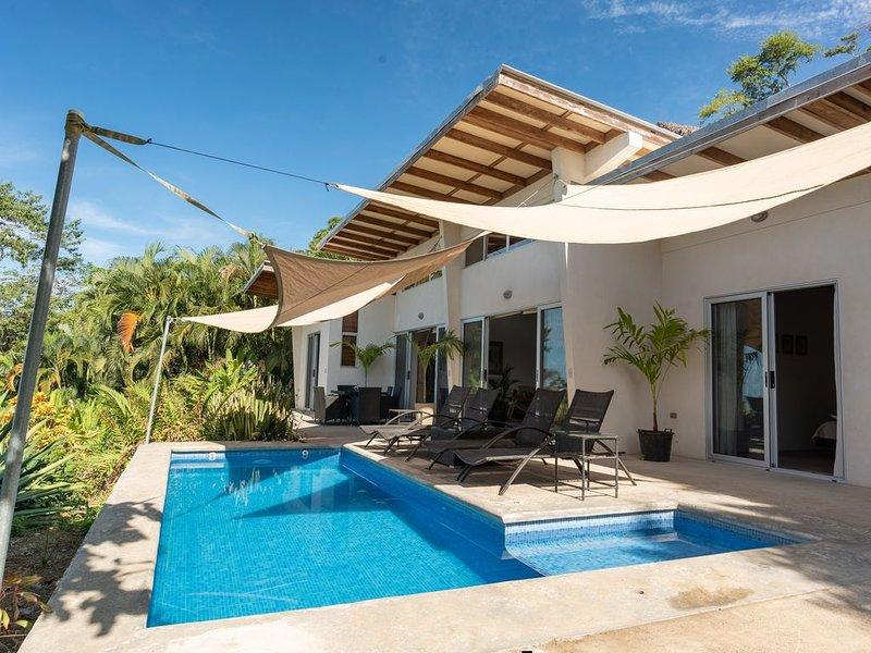 Amazing Oceanview 3BR Villa with Pool minutes walk to the beach!, alquiler de vacaciones en Mal País