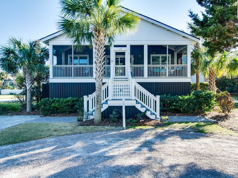 Dog-friendly coastal cottage w/deck & private gas grill - short walk to beach, holiday rental in Isle of Palms