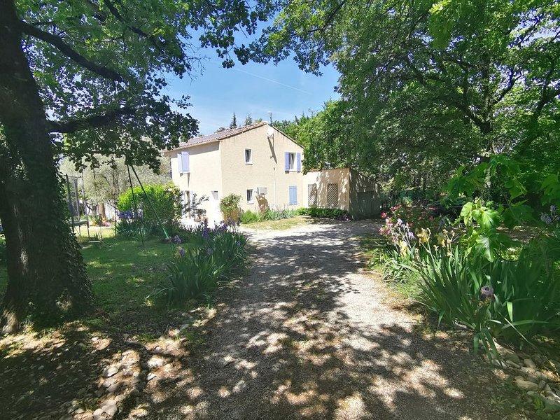 VILLA 150 M2 entièrement climatisée piscine sécurisée  grand terrain clôturé, holiday rental in Villedieu